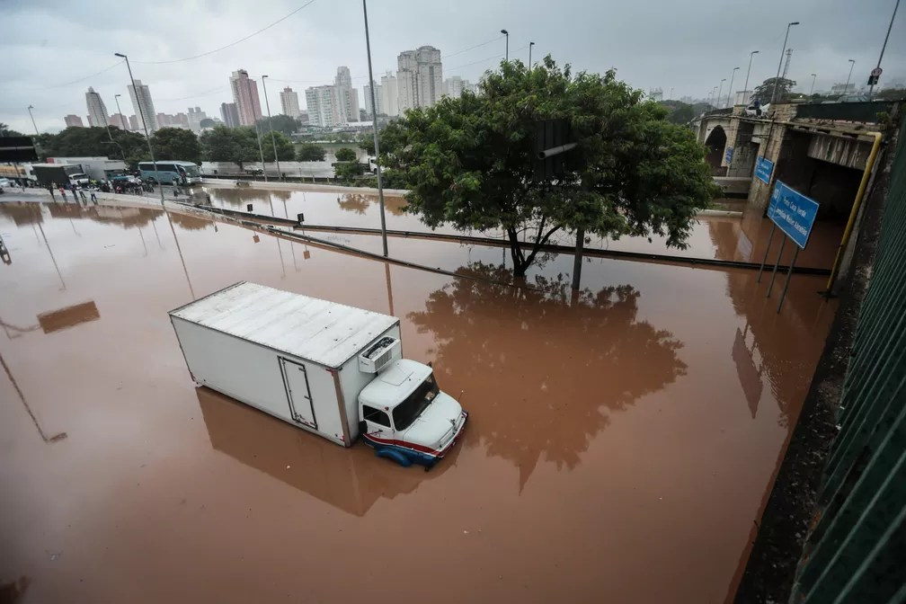Caminhão fica preso em alagamento causado por forte chuva na pista da Marginal Tietê, na altura da ponte da Casa Verde, na manhã desta segunda (11) — Foto: Felipe Rau/Estadão Conteúdo