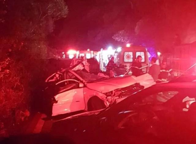 Um dos carros atingidos pelo ônibus desgovernado — Foto: Reprodução