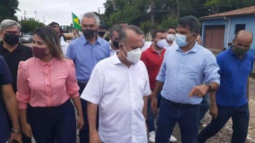 Rogério Marinho acompanhado por políticos em visita a Parnamirim, na Grande Natal — Foto: Kleber Teixeira/Inter TV Cabugi