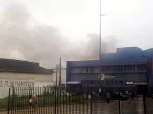 Incêndio atinge loja no Centro de Santos, SP (Foto: João Paulo Castro/G1)