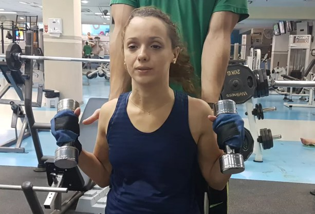 Camila escolheu a musculação para fugir um pouco da fisioterapia (Foto: Renata Domingues)
