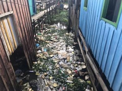 Bebê foi achado entre garrafas e resíduos no Igarapé do Franco (Foto: Patrick Marques/G1 AM)