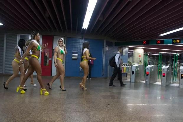Candidatas para Miss Bumbum invadem o metro de São Paulo (Foto: Marcelo Brammer / AgNews)