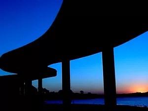 Na do Casa do Baile, beleza dos traços de Niemeyer se funde à beleza da natureza (Foto: Reprodução/TV Globo)