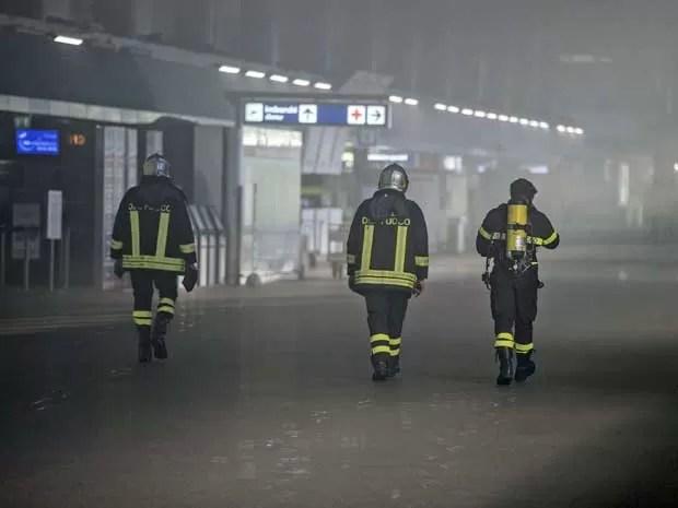 Bombeiros inspecionam principal terminal internacional do Aeroporto Fiumicino de Roma. (Foto: Massimo Percossi / ANSA / via AP Photo)
