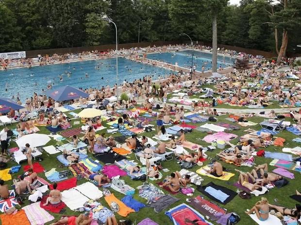 Austríacos aglomeram-se ao redor de piscina em Viena, neste domingo (19) (Foto: REUTERS/Leonhard Foeger)