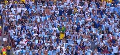 Torcedor camisa do Brasil na torcida da Argentina (Foto: Reprodução SporTV)