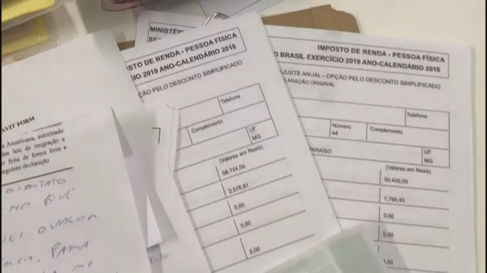 Polícia Civil apreendeu declarações falsas com dupla que tentava tirar visto para os EUA, em Brasília — Foto: TV Globo/Reprodução