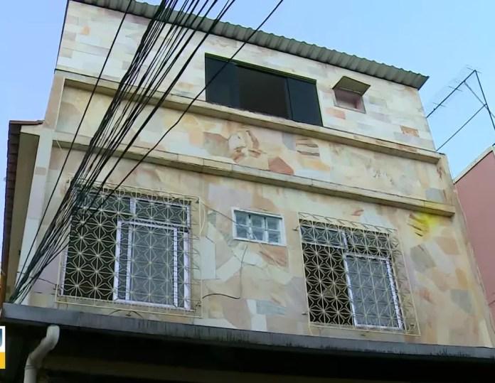 Fachada da casa de três andares, em Bento Ribeiro, na Zona Norte do Rio, que consta na declaração de bens do presidente Jair Bolsonaro. — Foto: TV Globo
