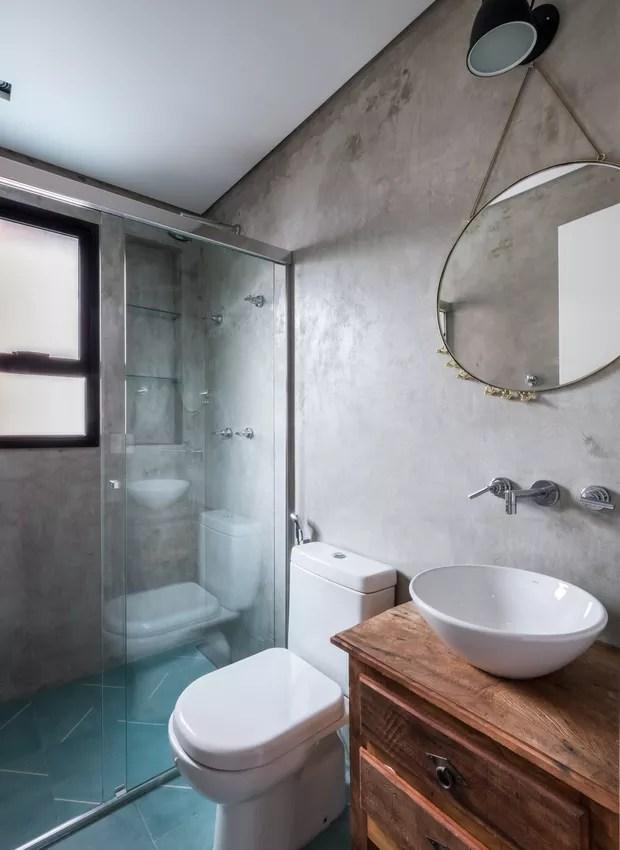 No banheiro o balanço entre moderno e rústico continua: o gabinete de madeira pesa para o lado vintage, enquanto o concreto aparente remete ao estilo industrial (Foto: Nathalie Artaxo/ Divulgação)