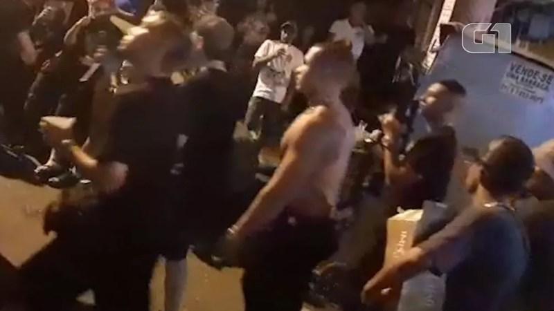 Johny Bravo (sem camisa) chega a baile funk na Rocinha — Foto: Reprodução