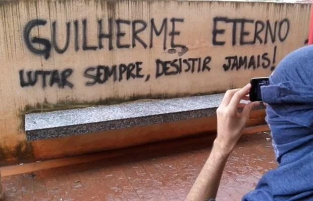 Jovem morto pelo pai é homenageado durante protesto em campus ocupado da UFG, em Goiânia, Goiás (Foto: Diomício Gomes/O Popular)