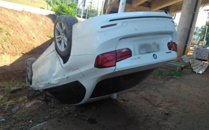 Carro de luxo caiu em canteiro central da obra do BRT em Salvador — Foto: Divulgação/Transalvador