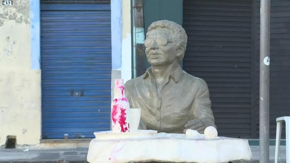 Parte da estátua em homenagem a Reginal Rossi foi vandalizada com tinta vermelha. Obra fica localizada no Pátio de Santa Cruz, no bairro da Boa Vista, no Centro do Recife — Foto: Reprodução/TV Globo