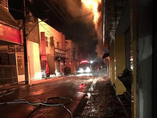 Incêndio em lojas de Feira de Santana (Foto: Renata Maia/Tv Subaé)
