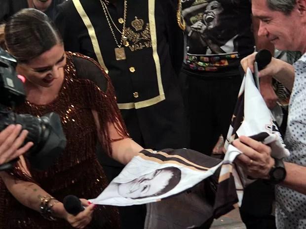 Cantora entrega uma camisa da escola de samba a Serginho Groisman (Foto: Marcos Mazini/Gshow)