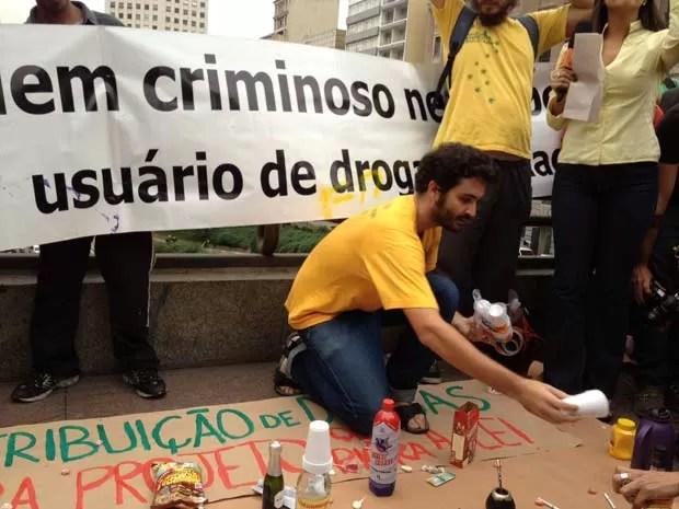 Marcha da Maconha distribuiu café e outros itens que consideram perigosos. (Foto: Márcio Pinho/G1)