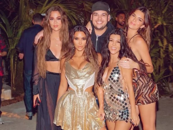 Kim Kardashian gathered friends and family on a private island to celebrate her birthday in October 2020 amid the pandemic (pictured above, Khloé Kardashian, Rob Kardashian, Kendall Jenner; below, Kim Kardashian and Kourtney Kardashian) (Photo: Reproduction/Instagram)