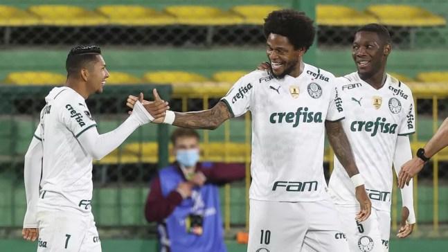 Rony e Luiz Adriano comemoram gol do Palmeiras contra o Defensa y Justicia — Foto: Cesar Greco/Palmeiras