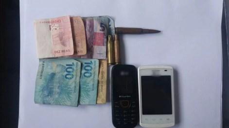 Dinheiro, celulares e munições também foram encontradas durante a operação 'Força no Foco' (Foto: Polícia Militar/Divulgação)