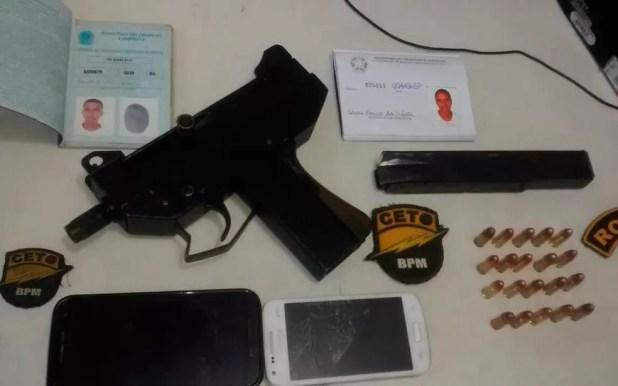 Submetralhadora foi apreendida com jovem de 19 anos (Foto: Polícia Militar/ Divulgação)