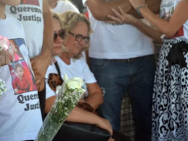 Mãe de Marcos Nogueira se despede do filho, durante enterro em João Pessoa (Foto: Dani Fechine/G1)