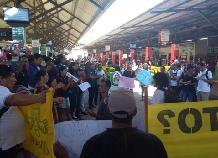 Manifestantes tomaram Terminal Urbano em Rio Branco  (Foto: Iryá Rodrigues/G1)