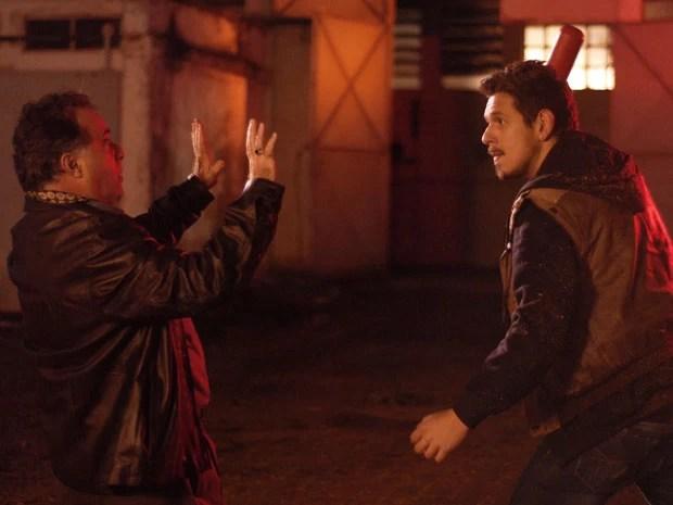 Reinaldo briga com Liosvaldo para salvar Aurora (Foto: TV Globo/Zé Paulo Cardeal)