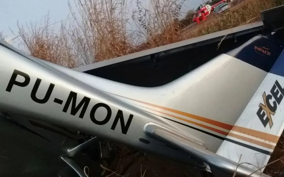 Avião de pequeno porte pilotado pelo ex-senador boliviano Roger Pinto Molina cai no Aeroclube de Luziânia, em Goiás (Foto: Divulgação/Corpo de Bombeiros)
