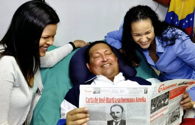 Chávez sorri ao ler jornal em Cuba (Foto: Divulgação)