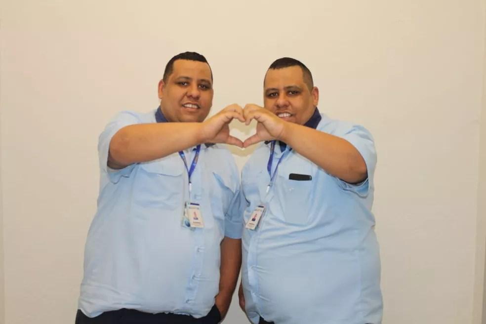 Gêmeos idênticos conversaram com o G1 sobre a experiência de trabalharem juntos e serem confundidos constantemente, em São Vicente, SP — Foto: Divulgação/EMTU