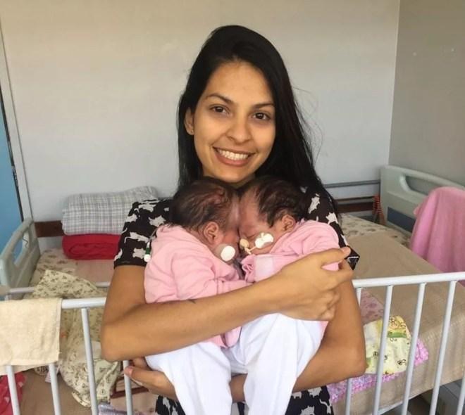 A mãe das gêmeas, Camila Vieira, com as meninas — Foto: Arquivo Pessoal