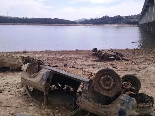 Seca revela que margens da represa do Atibainha, que integra Sistema Cantareira, servia como desmanche de carros (Foto: Eduardo de Paula/ TV Vanguarda)
