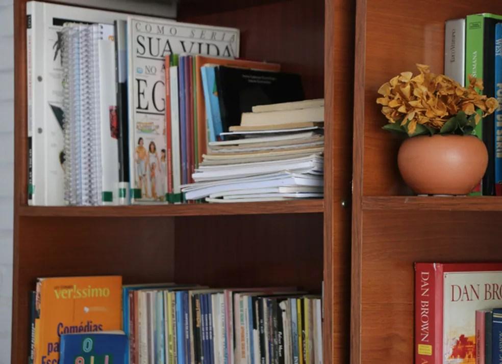 Livros diversos ficam à disposição das mulheres na casa abrigo  (Foto: Joyce Heurich/G1)