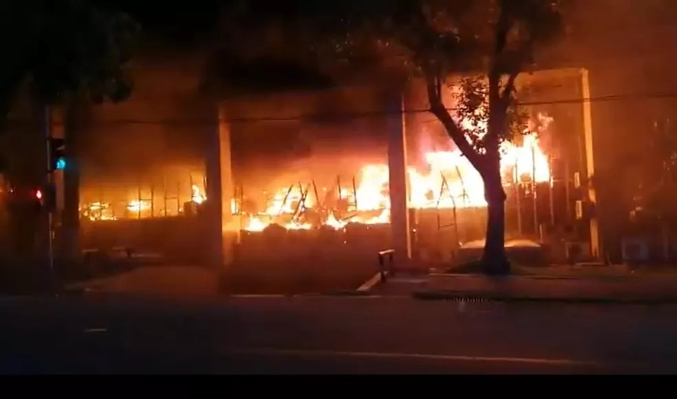 Fogo atinge os dois andares da sede do Tribunal de Justiça do Ceará — Foto: Arquivo pessoal