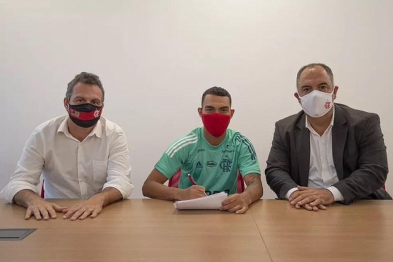 Matheuzinho assina novo contrato com o Flamengo, ao lado de Marcos Braz e Bruno Spindel — Foto: Alexandre Vidal / Flamengo
