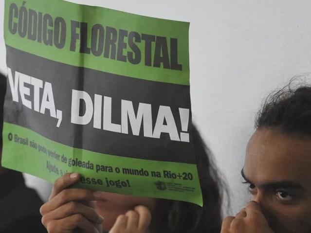 Manifestante pede veto de Dilma ao Código Florestal durante reunião de comissão do Senado — Foto: Antônio Cruz / Agência Brasil