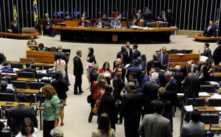 Imagem mostra os deputados reunidos no plenário nesta terça (19) para discutir a reforma política (Foto: Luis Macedo/Câmara dos Deputados)