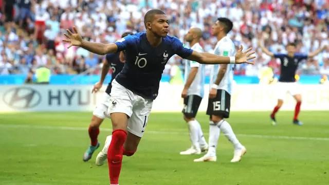 Mbappé comemora um de seus dois gols contra a Argentina em Kazan