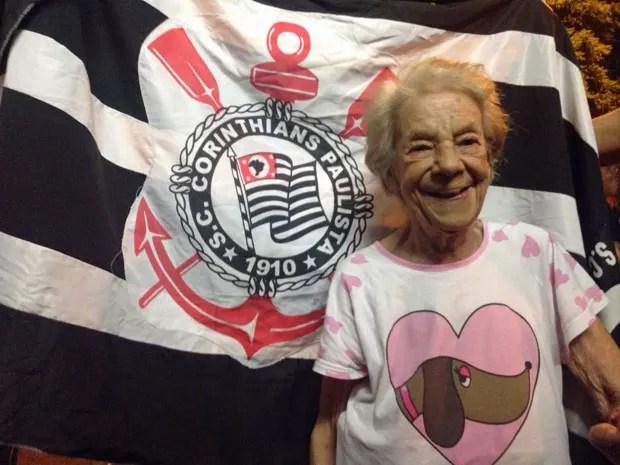 Maria Amparato de Assis era a torcedora mais velha na torcida corintiana que viu o jogo pela tevê (Foto: Glauco Araújo/G1)