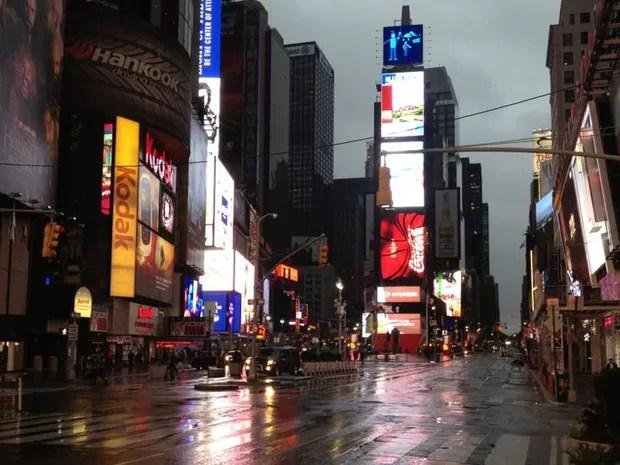 29 de outubro - Em cena rara, Times Square  é vista praticamente vazia devido à aproximação do foracão Sandy, em foto tirada por volta de 9h30 da manhã (Foto: Fabrício Mamberti/Arquivo pessoal)