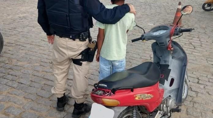 Segundo a PRF, o caso ocorreu no KM 879, quando o menino foi obrigado a deixar o veículo. Durante a abordagem, a criança informou que a motocicleta pertencia ao pai dele, que autorizava o uso com frequência. — Foto: Polícia Rodoviária Federal