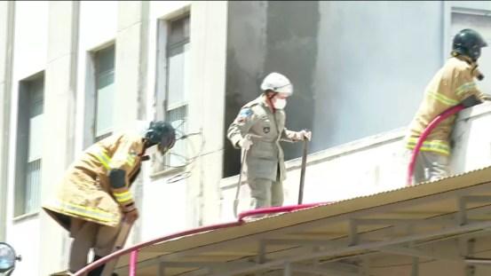 Bombeiros usam ferramentas para quebrar a estrutura de concreto e facilitar o acesso ao local — Foto: Reprodução/TV Globo