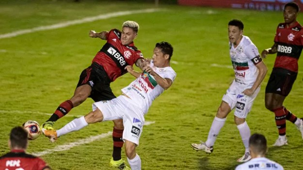 Pedro do Flamengo chuta para marcar seu gol durante partida contra o Portuguesa Rio no estádio Luso Brasileiro pelo campeonato Carioca 2021.