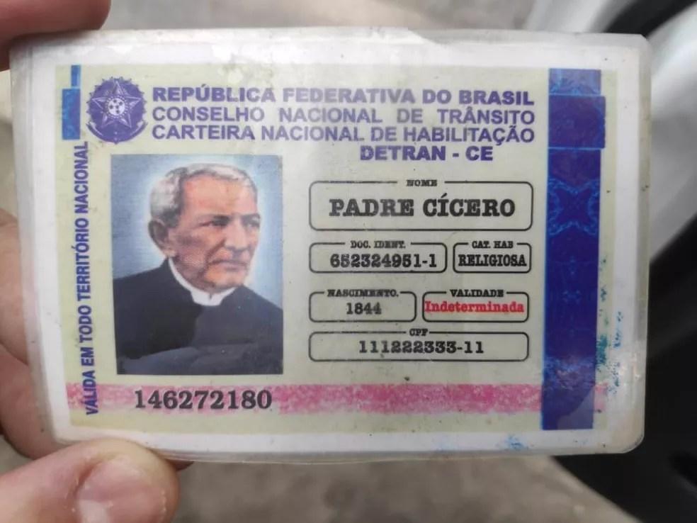Carteira de habilitação falsa traz nome, foto e ano de nascimento de Padre Cícero, além de números fictícios de RG e CPF — Foto: BPRv-AL