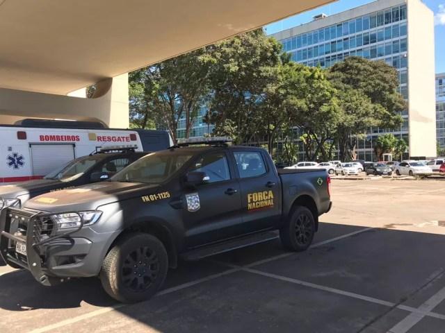Força Nacional reforça a segurança na entrada do prédio do Ministério da Educação (MEC) em manifestação nesta quinta-feira (30) — Foto: Maria Ferreira/G1