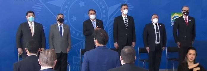Bolsonaro, ministros e senadores na cerimônia de sanção de projeto e medida provisória sobre vacinas — Foto: Reprodução / TV Brasil