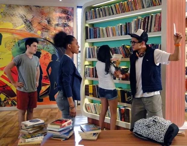 Orelha pega a foto de Mathias que estava com Rita (Foto: Malhação / TV Globo)