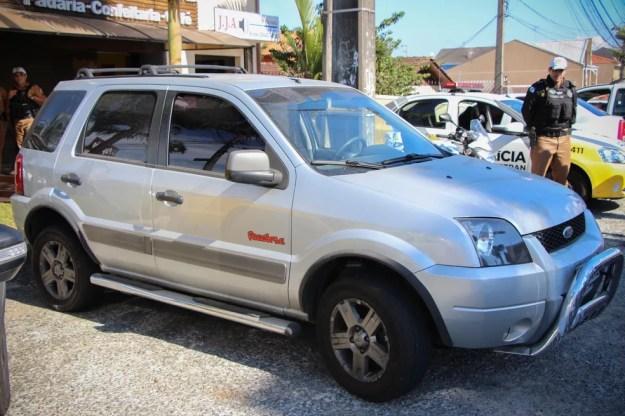 Carro é apreendido com mais de R$ 88 milhões em débitos, em Curitiba (Foto: PM/Divulgação)