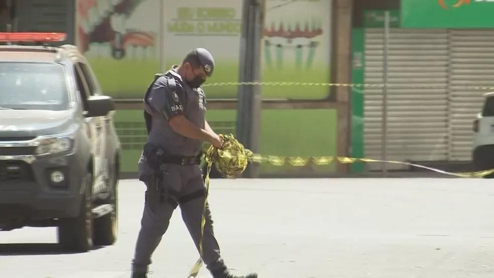 Policial liberando rua após ataque em Araçatuba  — Foto: Reprodução/TV TEM